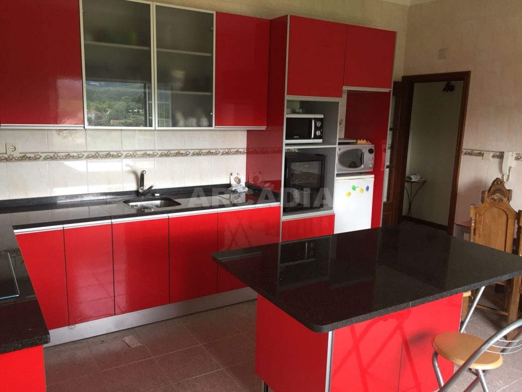 Moradia-T4-em-Barros-Vila-Verde-cozinha-amapla