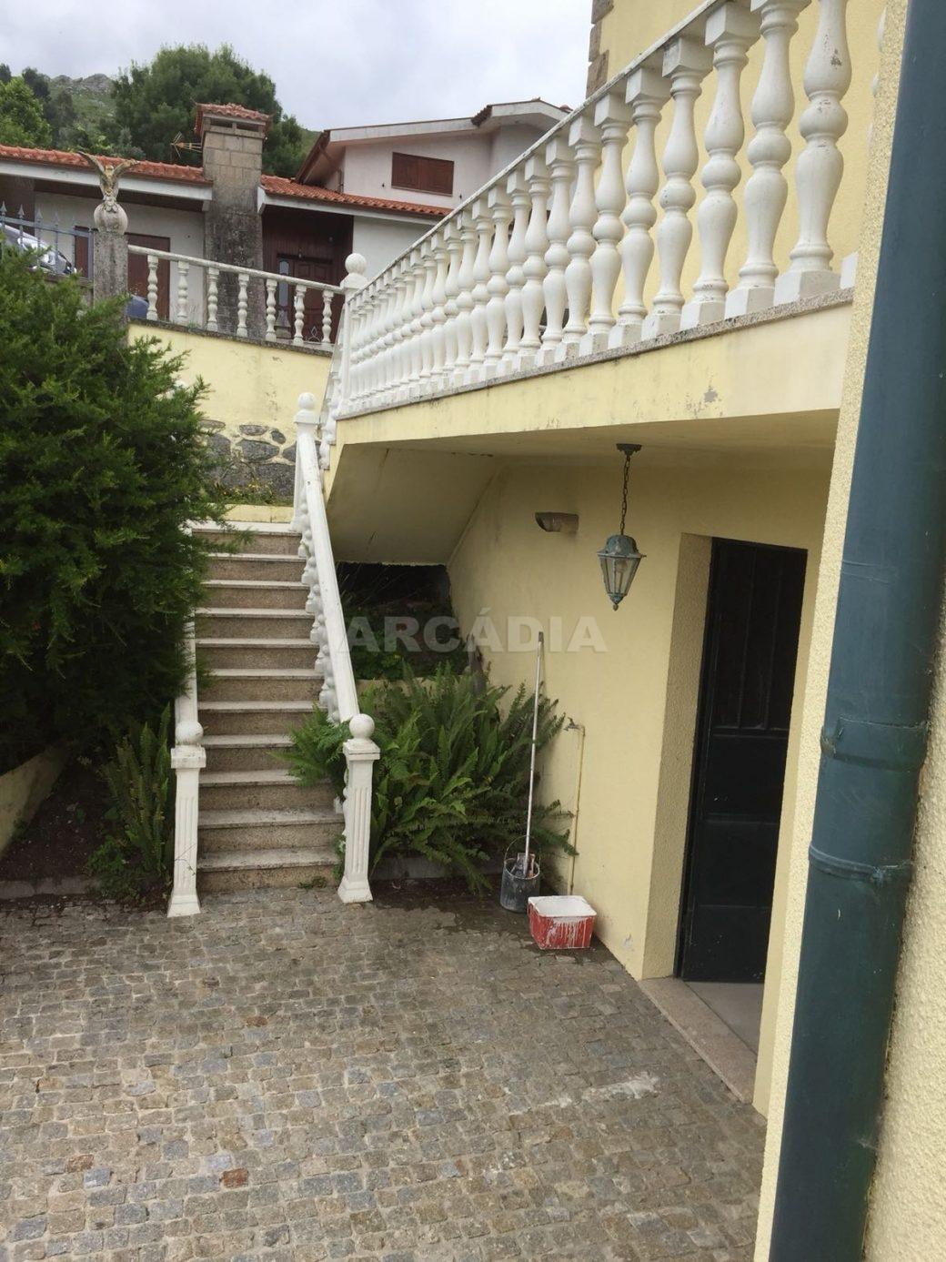 Moradia-T4-em-Barros-Vila-Verde-escadaria-lateral
