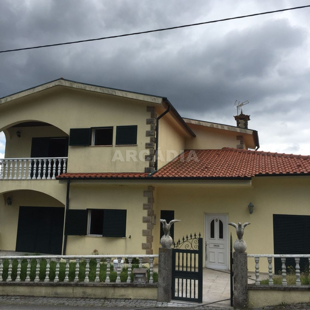 Moradia-T4-em-Barros-Vila-Verde-fachada-frente