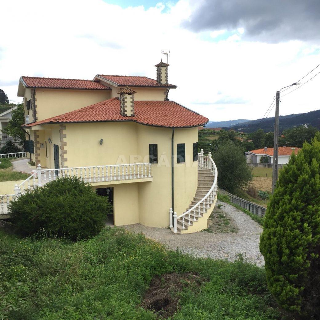 Moradia-T4-em-Barros-Vila-Verde-fachada-frente-lateral-2