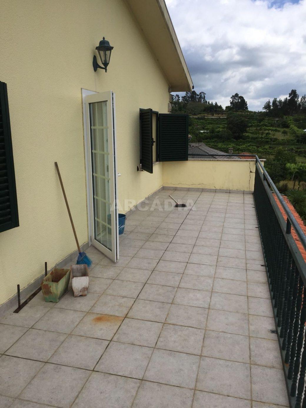 Moradia-T4-em-Barros-Vila-Verde-terraco-quartos