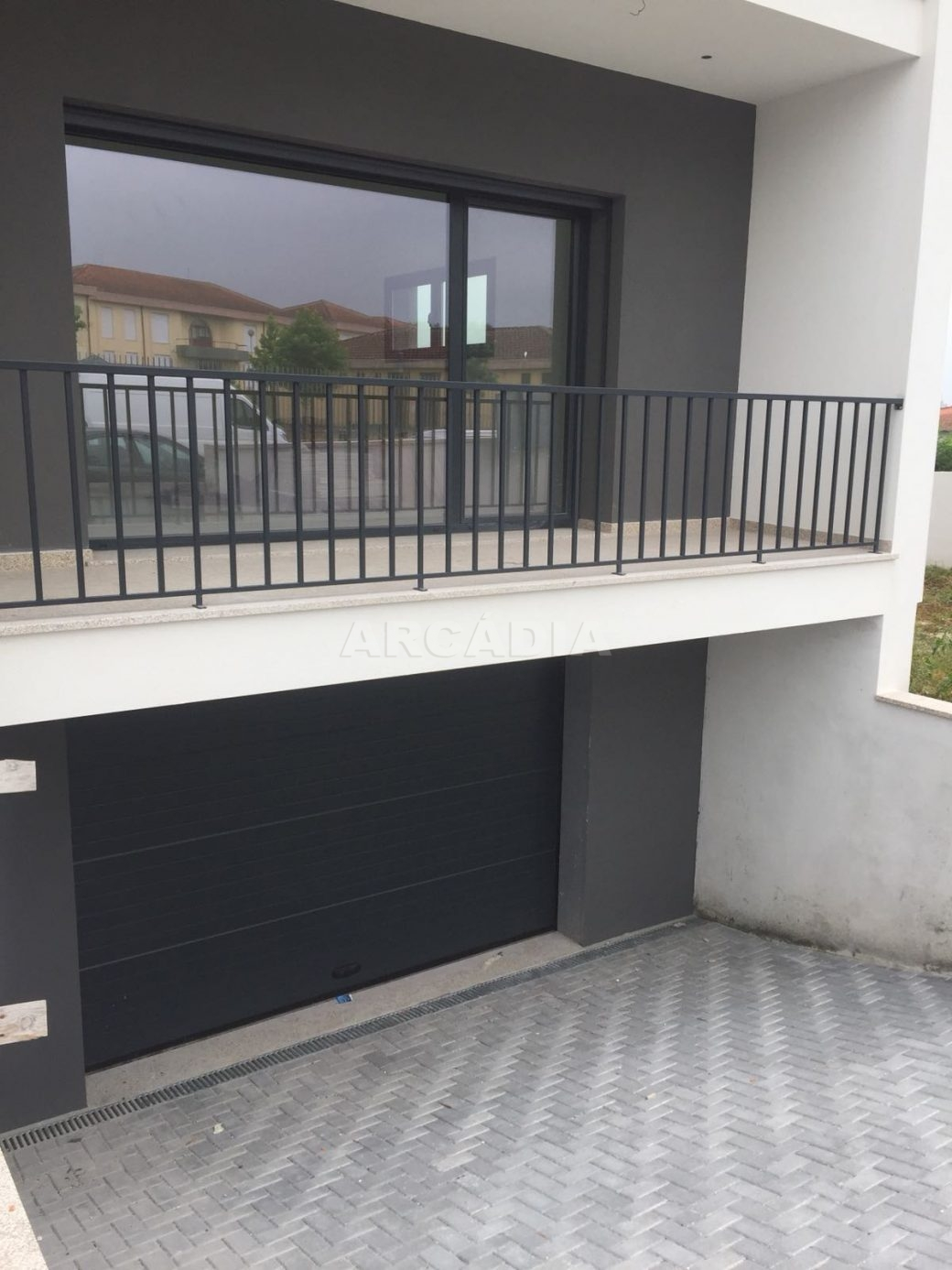 Moradia-Nova-em-Pico-de-Regalados-entrada-garagem