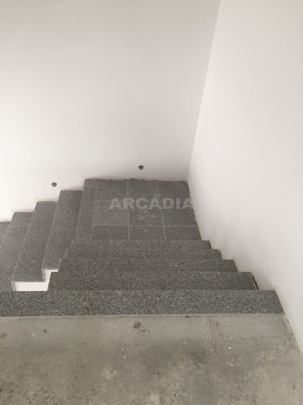 Moradia-Nova-em-Pico-de-Regalados-escadas