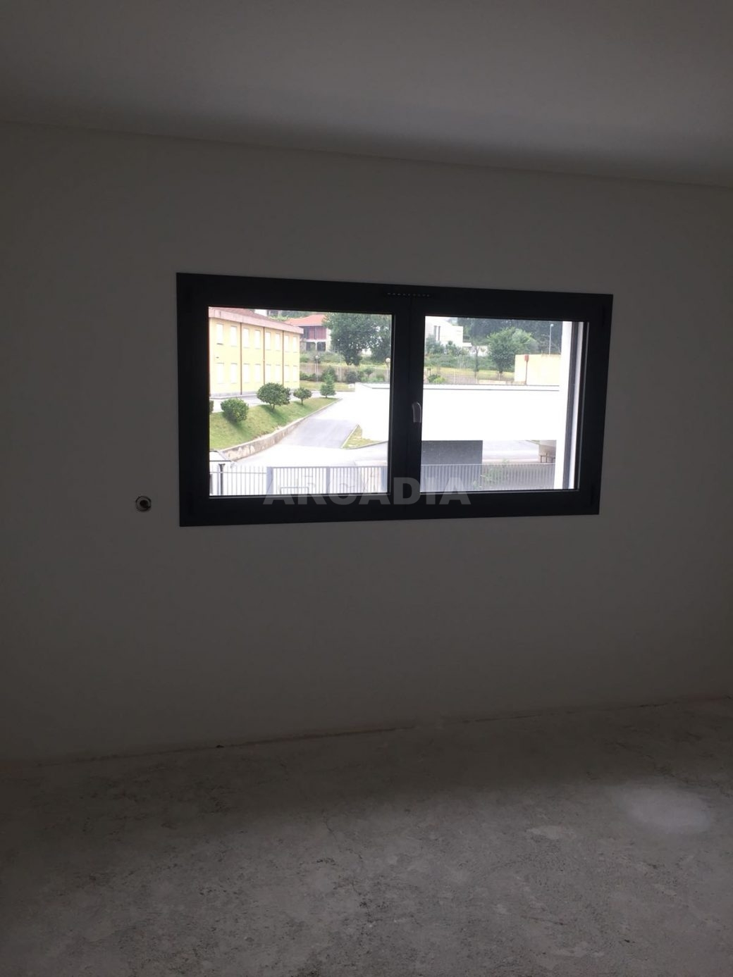 Moradia-Nova-em-Pico-de-Regalados-quarto-janela