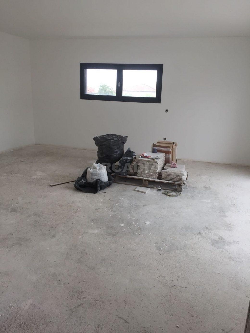 Moradia-Nova-em-Pico-de-Regalados-sala-com-janela