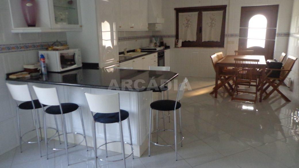 Moradia-em-Padim-da-Graca-cozinha-zona-de-estar