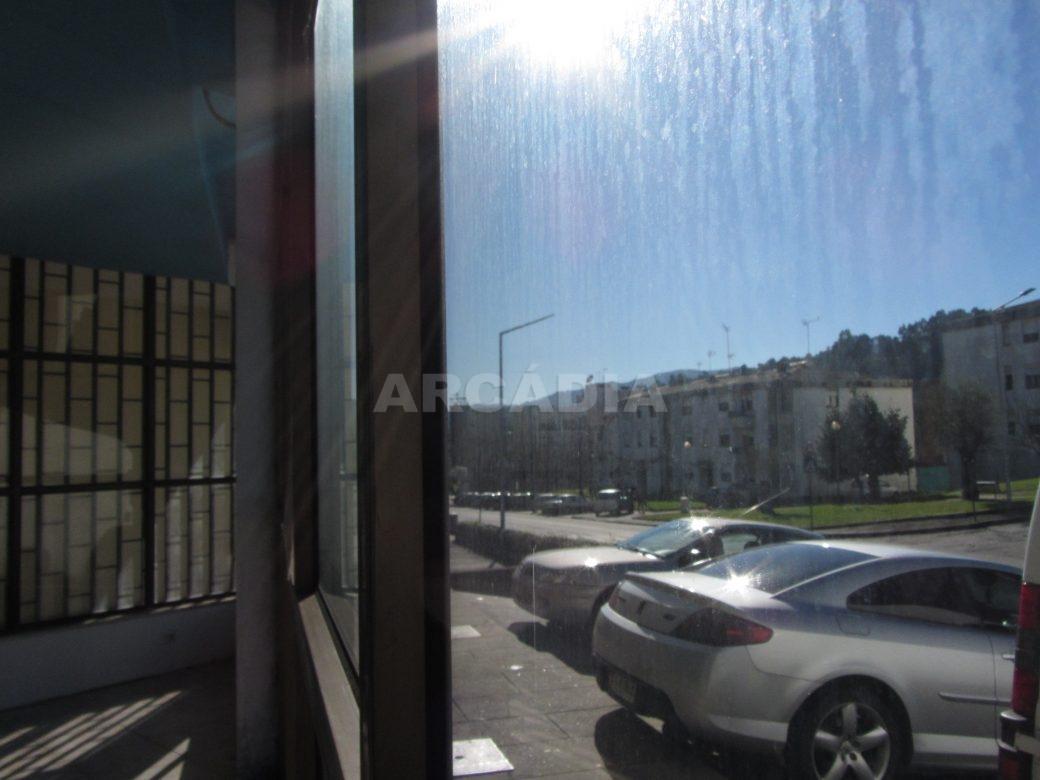 Renda-Loja-Para-Restauro-no-Centro-de-Ponte-da-Barca-vista-para-o-exterior