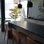 Moradia-Terrea-V4-em-Braga-Arcadia-Imobiliaria-cozinha-balcao-cadeiras-altas