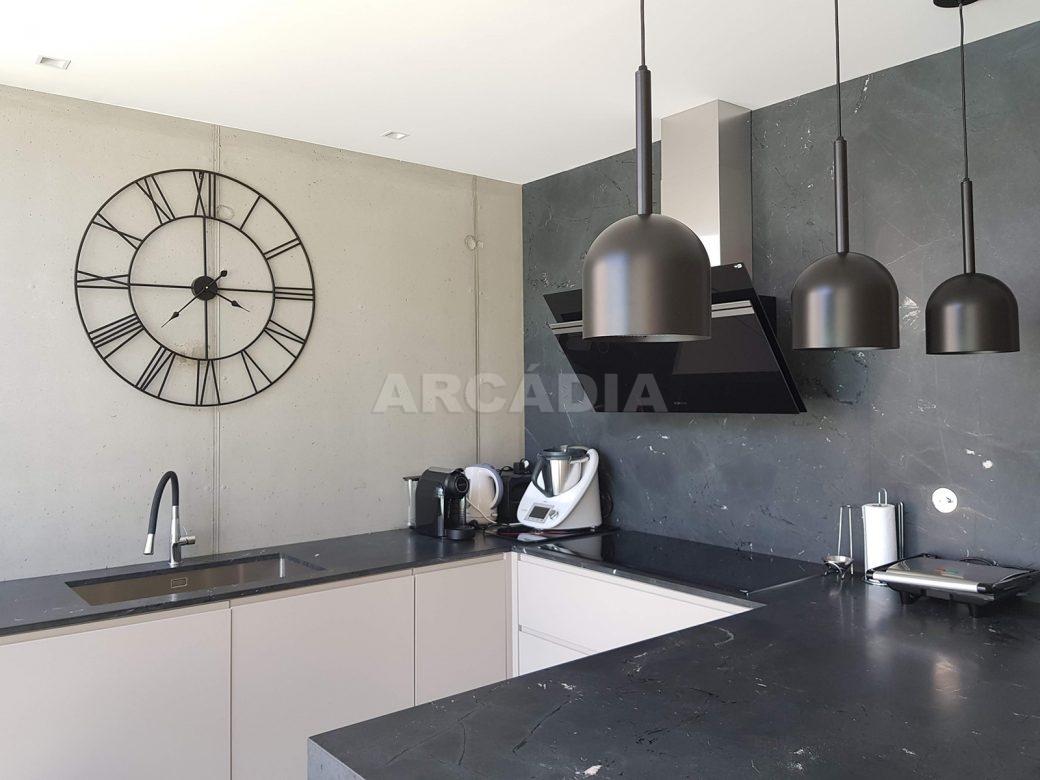 Moradia-Terrea-V4-em-Braga-Arcadia-Imobiliaria-cozinha-balcao-candeeiros