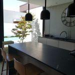 Moradia-Terrea-V4-em-Braga-Arcadia-Imobiliaria-cozinha-balcao-vista-exterior-piscina