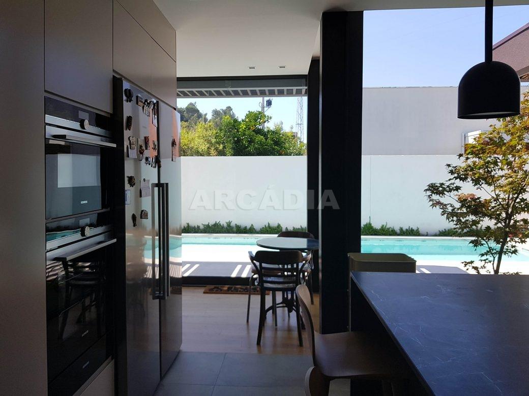 Moradia-Terrea-V4-em-Braga-Arcadia-Imobiliaria-cozinha-entrada-vista-piscina