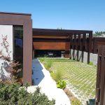 Moradia-Terrea-V4-em-Braga-Arcadia-Imobiliaria-exterior-entrada-com-flores-blur
