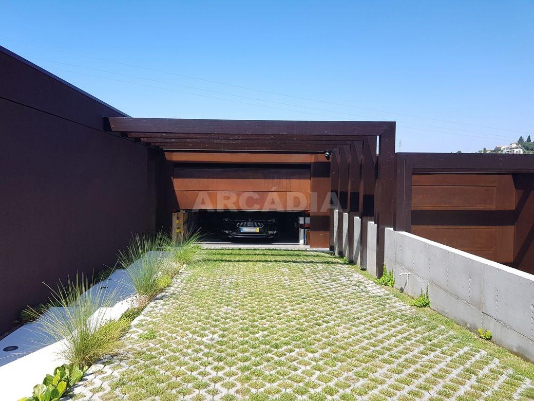 Moradia-Terrea-V4-em-Braga-Arcadia-Imobiliaria-exterior-entrada-para-a-garagem-blur