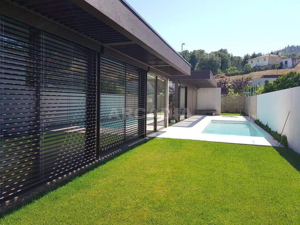 Moradia-Terrea-V4-em-Braga-Arcadia-Imobiliaria-exterior-jardim-piscina-casa