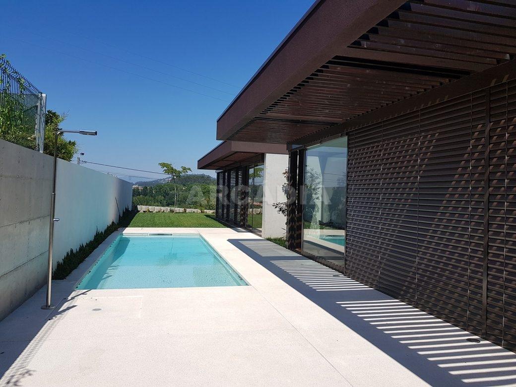 Moradia-Terrea-V4-em-Braga-Arcadia-Imobiliaria-exterior-piscina-casa