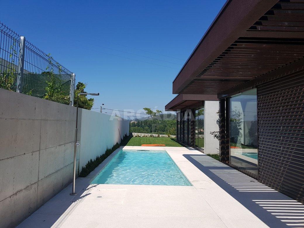 Moradia-Terrea-V4-em-Braga-Arcadia-Imobiliaria-exterior-piscina-casa-jardim