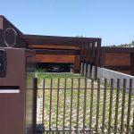 Moradia-Terrea-V4-em-Braga-Arcadia-Imobiliaria-exterior-portao-entrada-garagem-blur