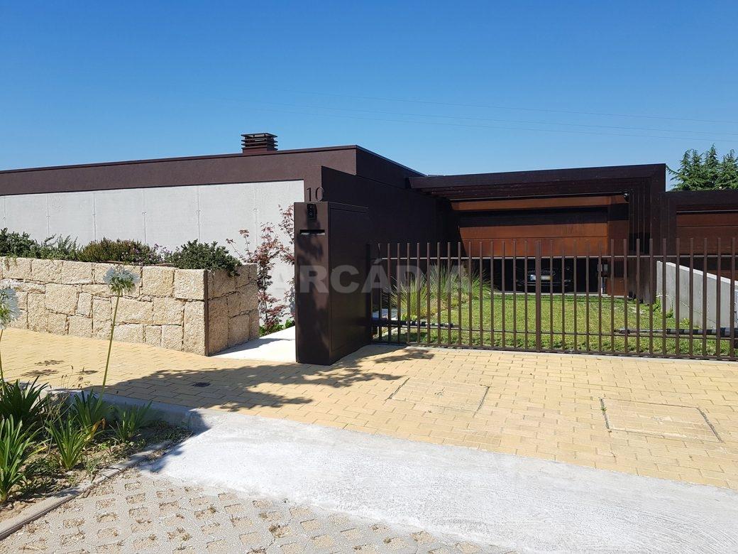 Moradia-Terrea-V4-em-Braga-Arcadia-Imobiliaria-exterior-vista-geral-blur