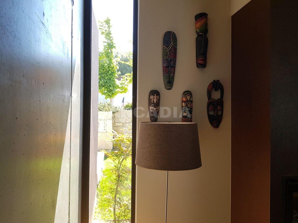 Moradia-Terrea-V4-em-Braga-Arcadia-Imobiliaria-sala-janela-entrada-de-luz