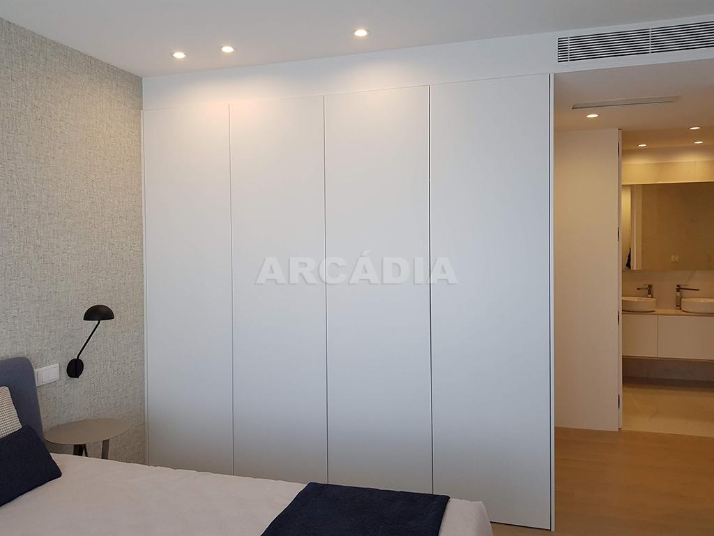 Apartamento-T3-Novo-de-Luxo-em-S-Joao-do-Souto-Ultimo-Piso-Arcadia-Imobiliaria-Suite-Armario-Embutido