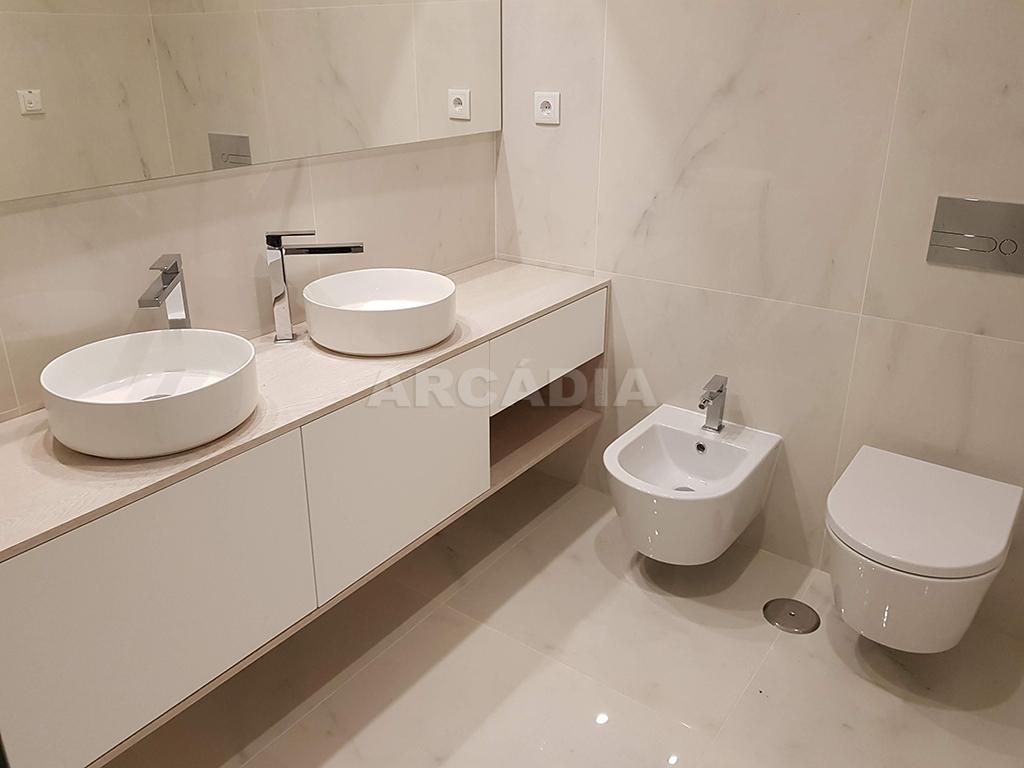 Apartamento-T3-Novo-de-Luxo-em-S-Joao-do-Souto-Ultimo-Piso-Arcadia-Imobiliaria-WC-Suite-ceramicos