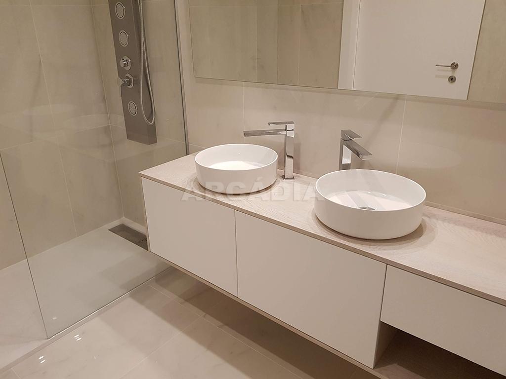 Apartamento-T3-Novo-de-Luxo-em-S-Joao-do-Souto-Ultimo-Piso-Arcadia-Imobiliaria-WC-Suite-chuveiro-lavatorio-duplo
