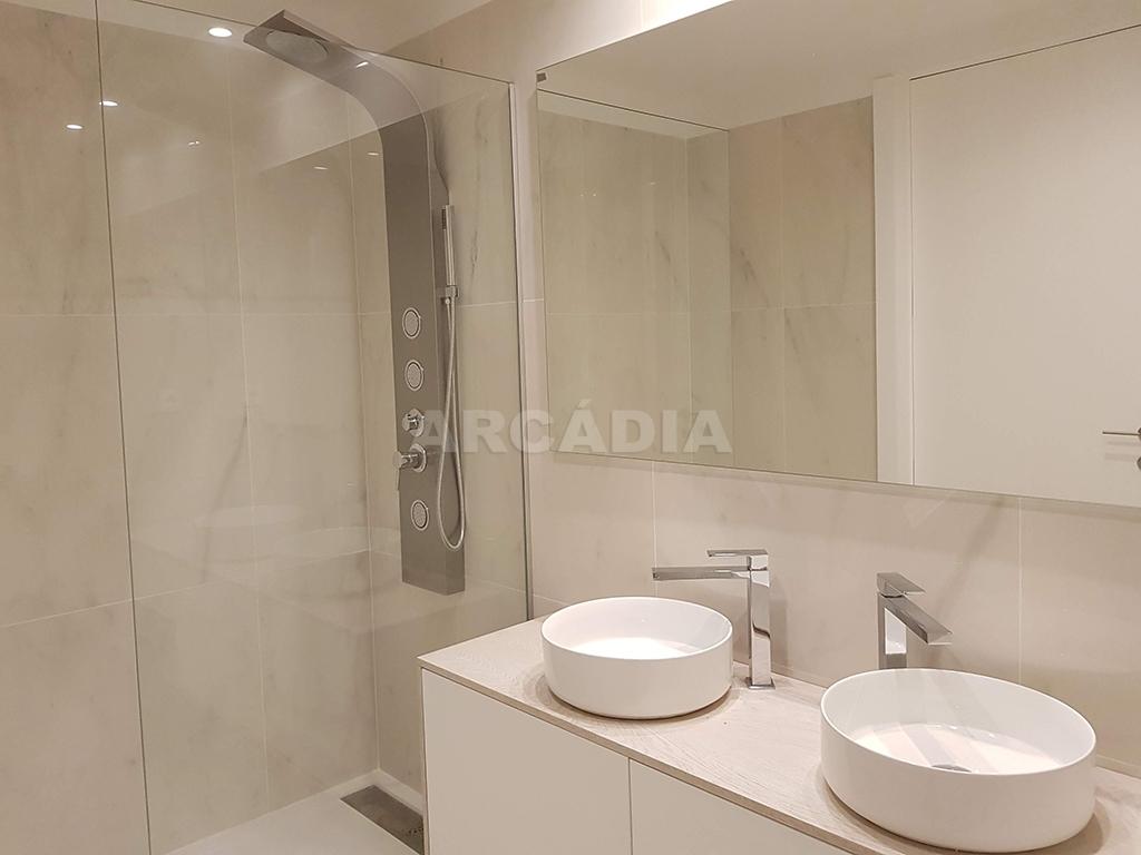 Apartamento-T3-Novo-de-Luxo-em-S-Joao-do-Souto-Ultimo-Piso-Arcadia-Imobiliaria-WC-suite-chuveiro