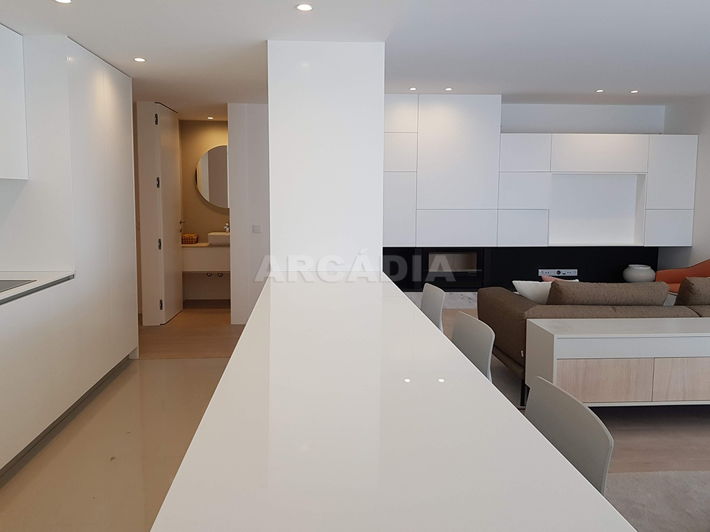 Apartamento-T3-Novo-de-Luxo-em-S-Joao-do-Souto-Ultimo-Piso-Arcadia-Imobiliaria-cozinha-balcao