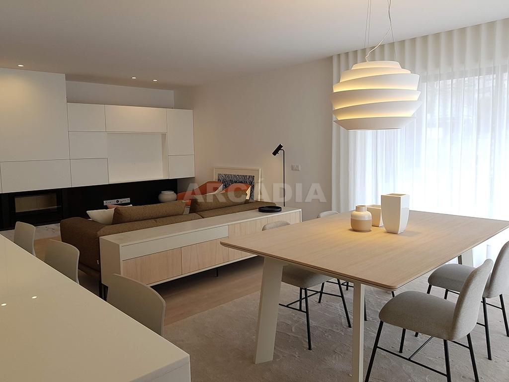 Apartamento-T3-Novo-de-Luxo-em-S-Joao-do-Souto-Ultimo-Piso-Arcadia-Imobiliaria-cozinha-sala