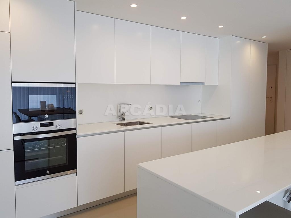 Apartamento-T3-Novo-de-Luxo-em-S-Joao-do-Souto-Ultimo-Piso-Arcadia-Imobiliaria-cozinha