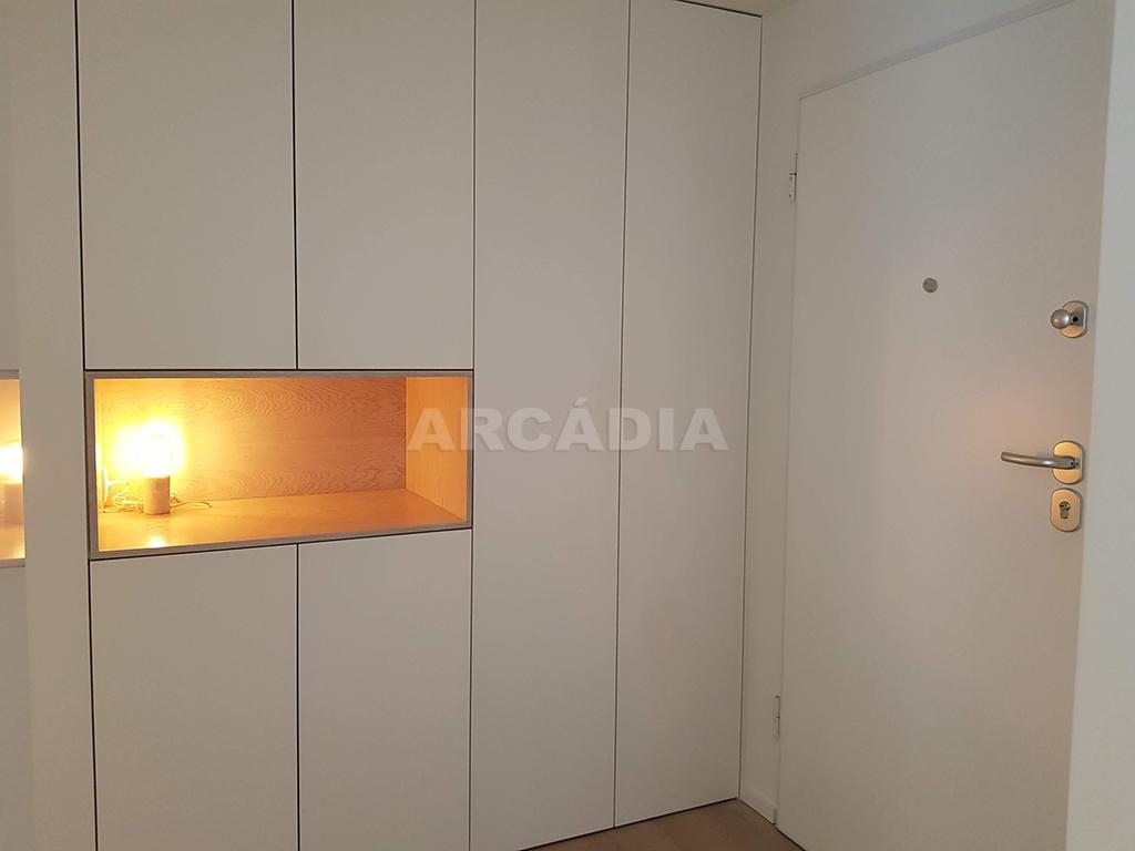Apartamento-T3-Novo-de-Luxo-em-S-Joao-do-Souto-Ultimo-Piso-Arcadia-Imobiliaria-entrada-armarios-embutidos