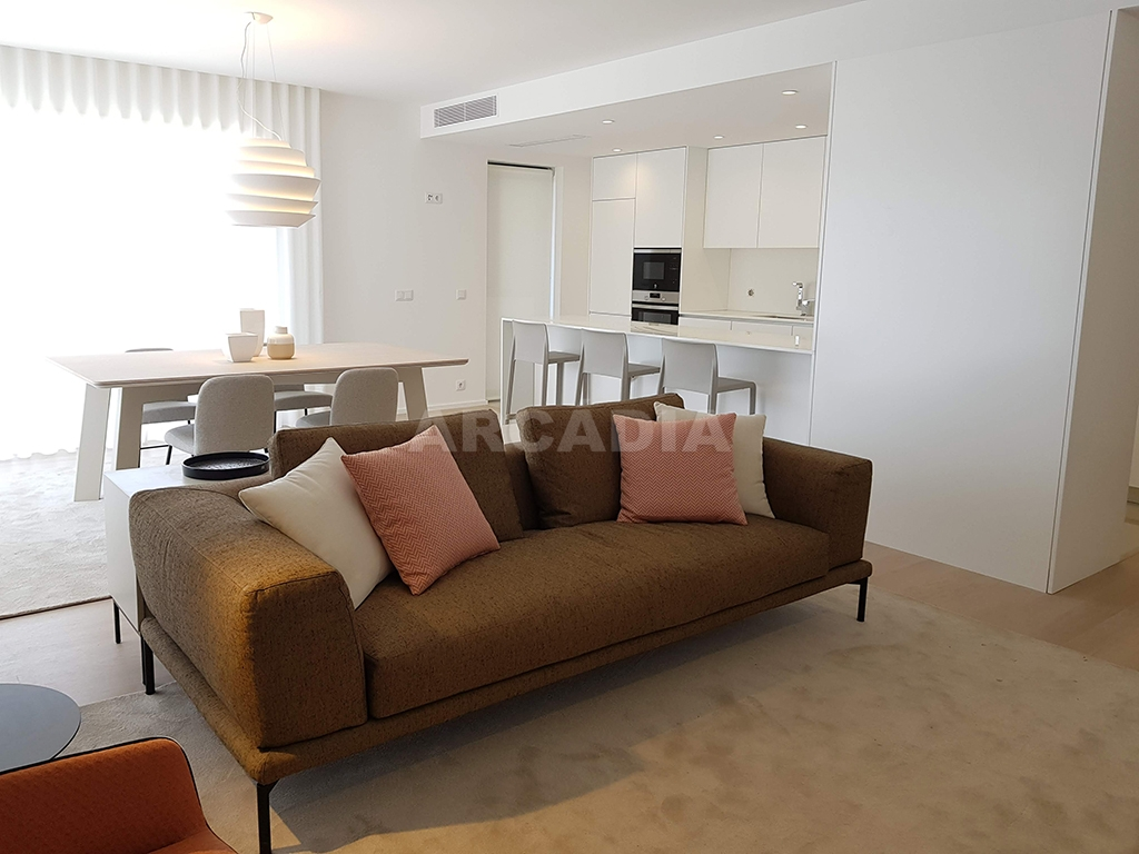 Apartamento-T3-Novo-de-Luxo-em-S-Joao-do-Souto-Ultimo-Piso-Arcadia-Imobiliaria-sala-de-estar-cozinha