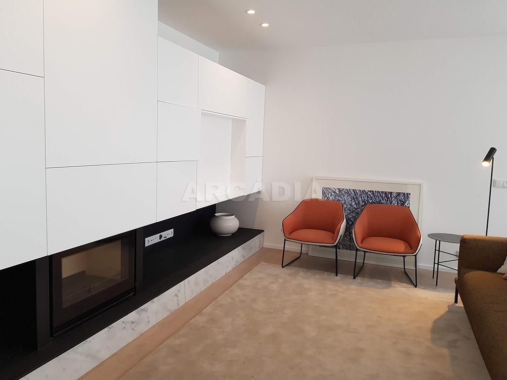 Apartamento-T3-Novo-de-Luxo-em-S-Joao-do-Souto-Ultimo-Piso-Arcadia-Imobiliaria-sala-de-estar-lareira