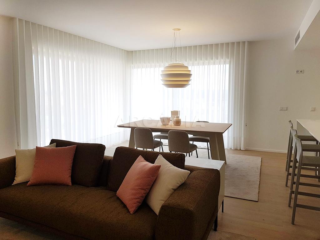 Apartamento-T3-Novo-de-Luxo-em-S-Joao-do-Souto-Ultimo-Piso-Arcadia-Imobiliaria-sala-de-estar-mobilada