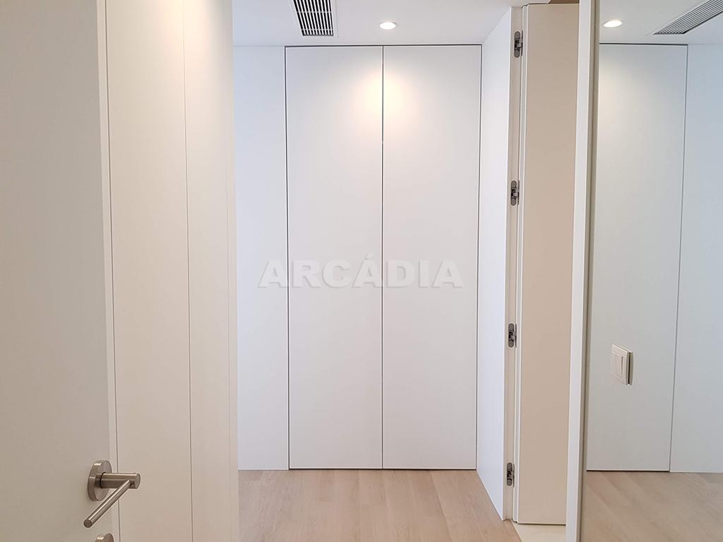 Apartamento-T3-Novo-de-Luxo-em-S-Joao-do-Souto-Ultimo-Piso-Arcadia-Imobiliaria-suite-entrada