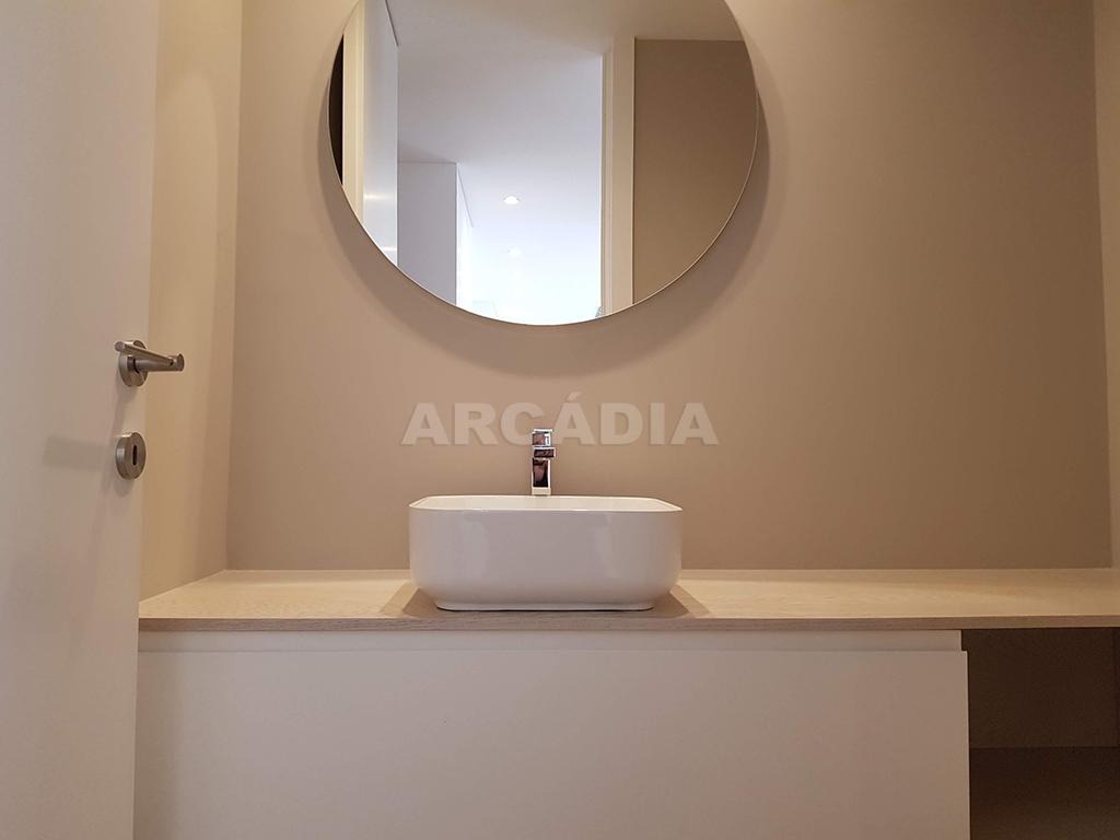 Apartamento-T3-Novo-de-Luxo-em-S-Joao-do-Souto-Ultimo-Piso-Arcadia-Imobiliaria-wc-servico