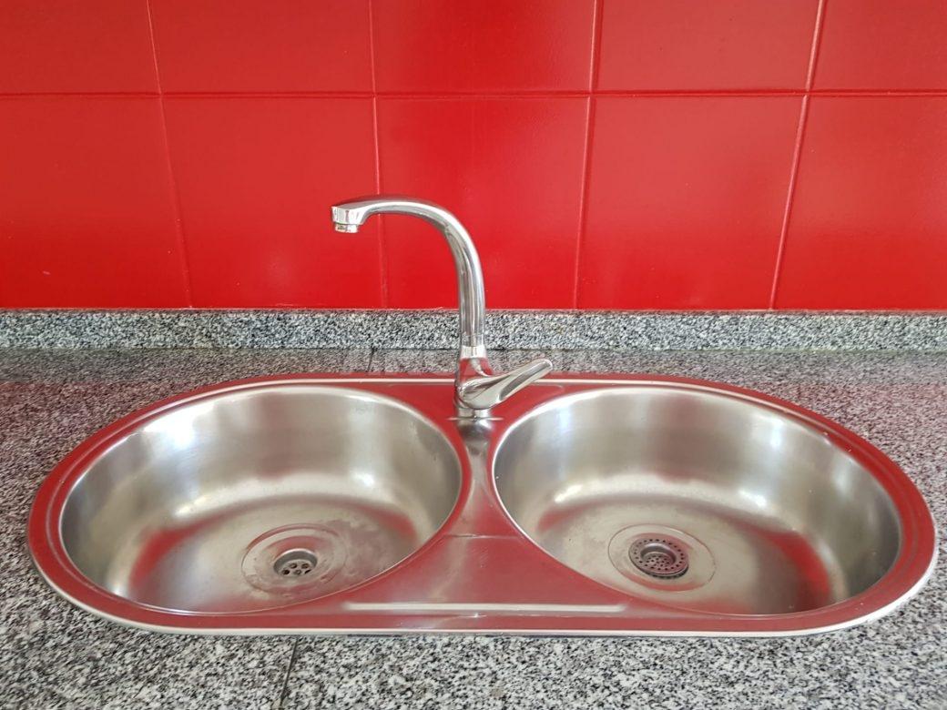 Apartamento-T2-Arrendar-no-Centro-da-Cidade-de-Braga-Totalmente-Mobilado-e-Equipado-Cozinha-lava-loicas