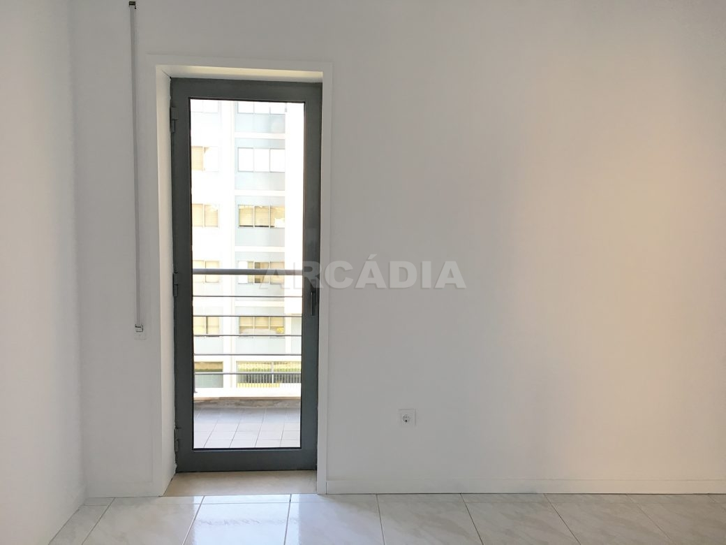 Apartamento-T2-Arrendar-no-Centro-da-Cidade-de-Braga-Totalmente-Mobilado-e-Equipado-Sala-Porta-Varanda