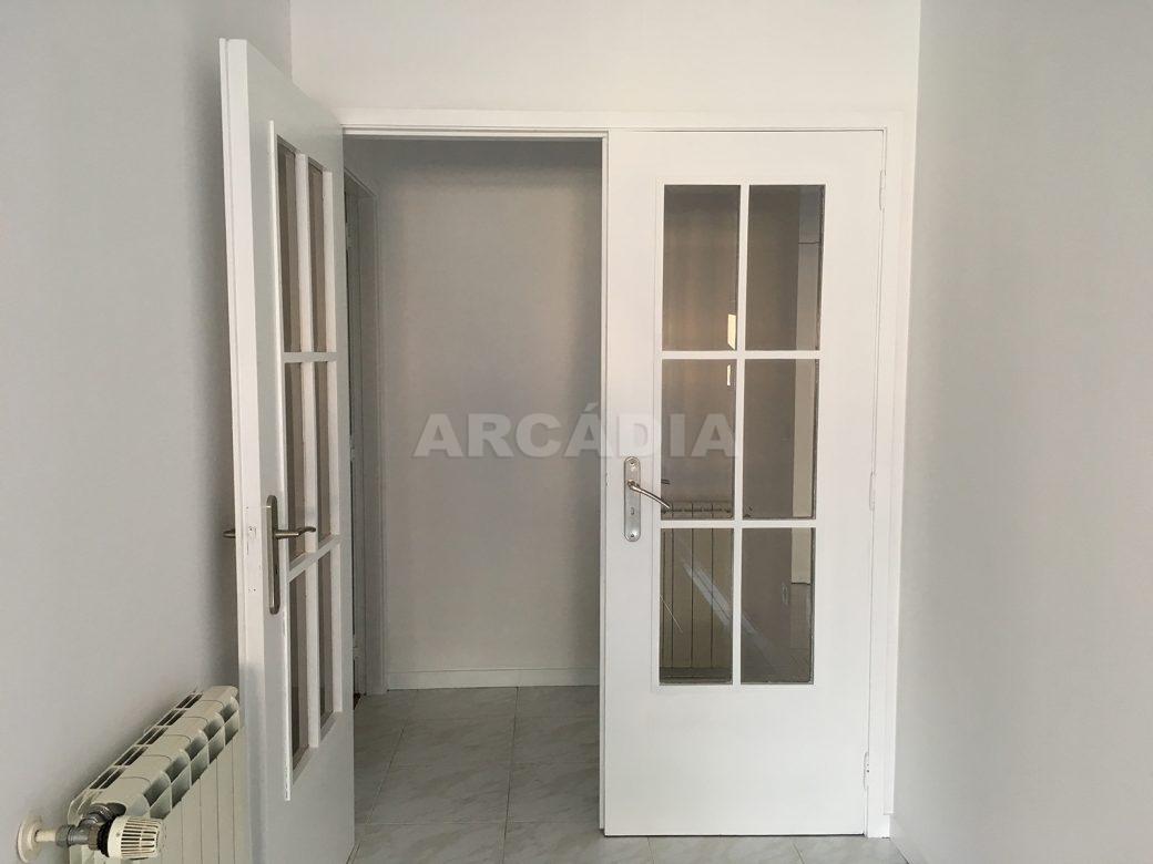 Apartamento-T2-Arrendar-no-Centro-da-Cidade-de-Braga-Totalmente-Mobilado-e-Equipado-Sala-Porta-de-Entrada