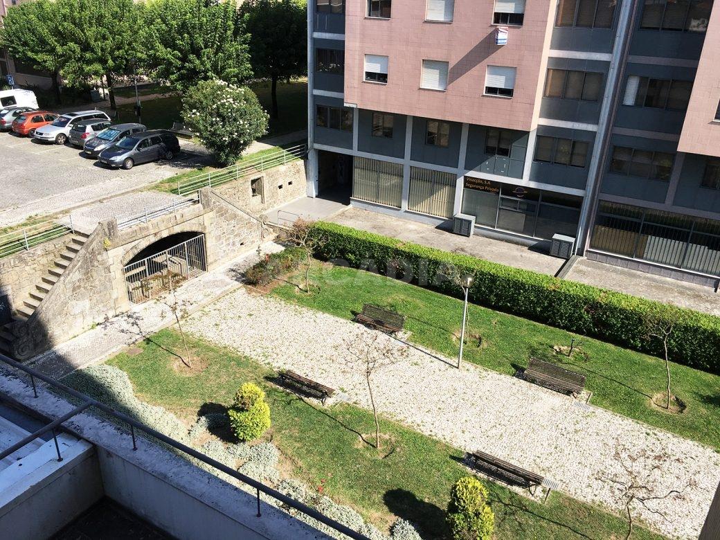 Apartamento-T2-Arrendar-no-Centro-da-Cidade-de-Braga-Totalmente-Mobilado-e-Equipado-Vista-Jardim