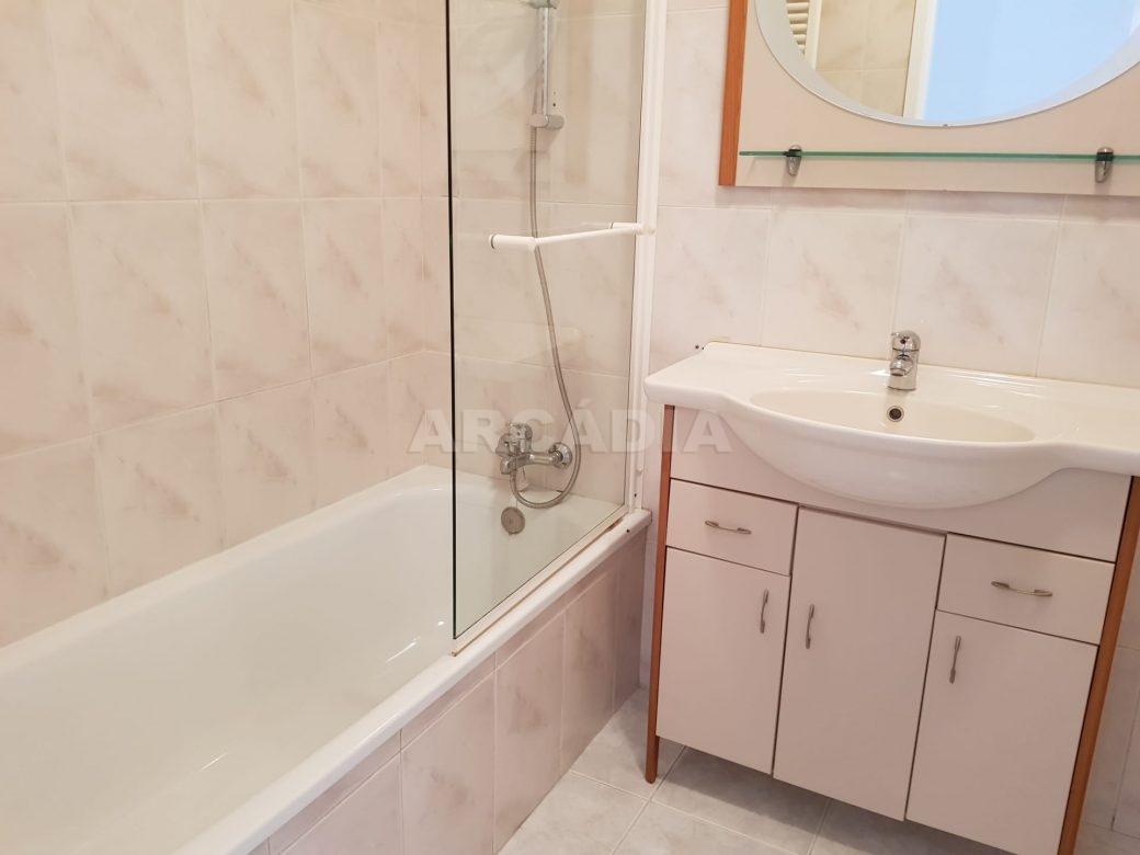 Apartamento-T2-Arrendar-no-Centro-da-Cidade-de-Braga-Totalmente-Mobilado-e-Equipado-WC-banheira
