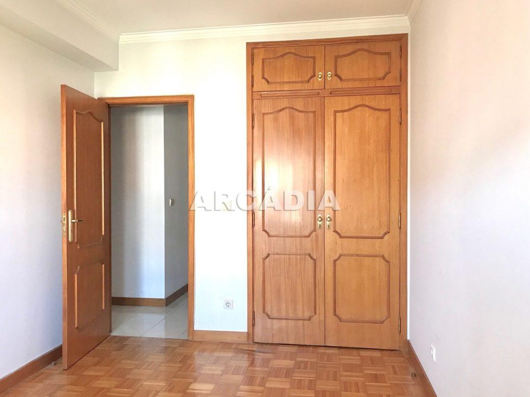 Apartamento-T3-Proximo-do-Braga-Parque-08-Armarios-Embutidos