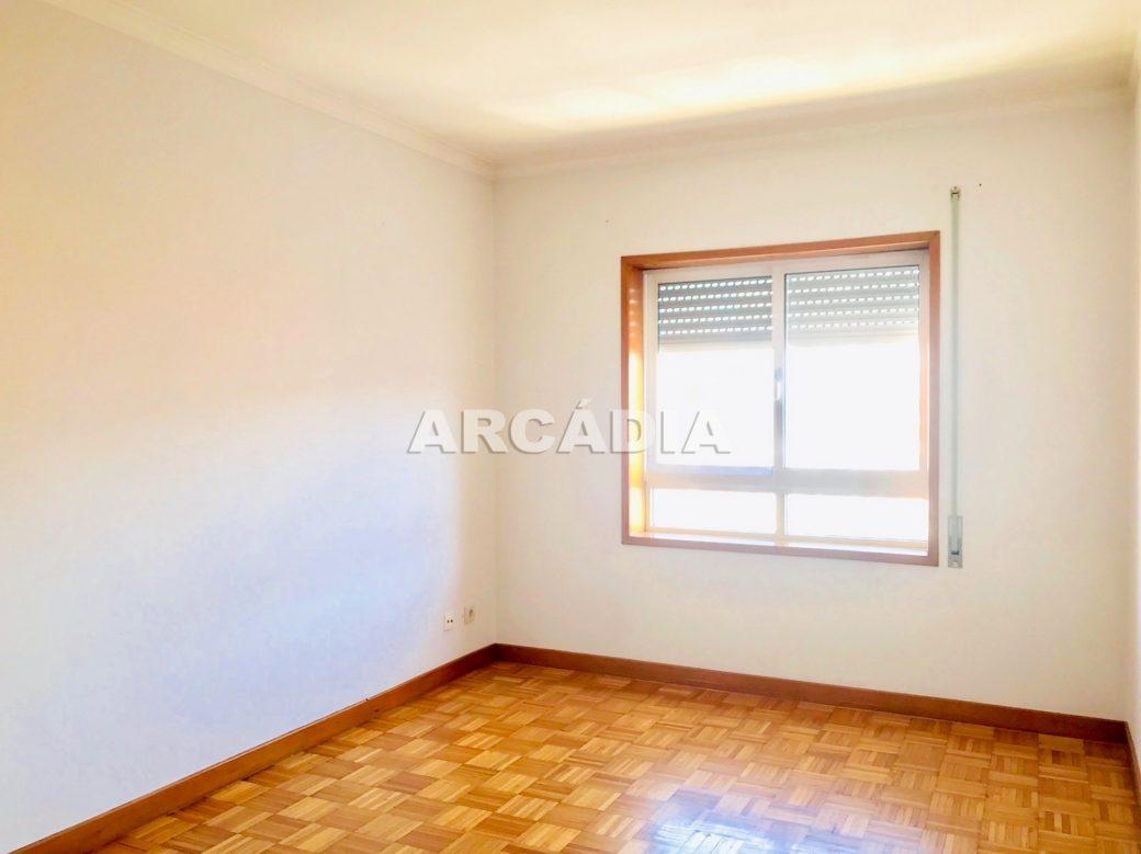 Apartamento-T3-Proximo-do-Braga-Parque-10-quarto-janela