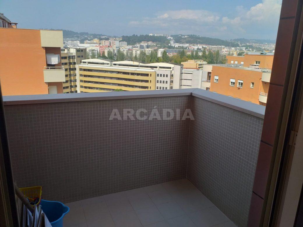 Arcadia-Imobiliaria-Apartamento-T2-Mobilado-e-varanda