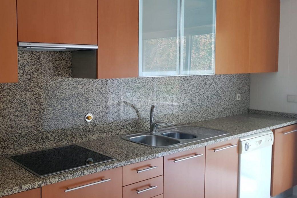 Apartamento-T3-Mobilado-a-5-Min-do-Centro-cozinha-equipada