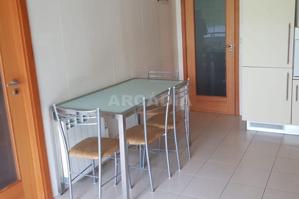 Apartamento-T3-Mobilado-a-5-Min-do-Centro-mesa-da-cozinha