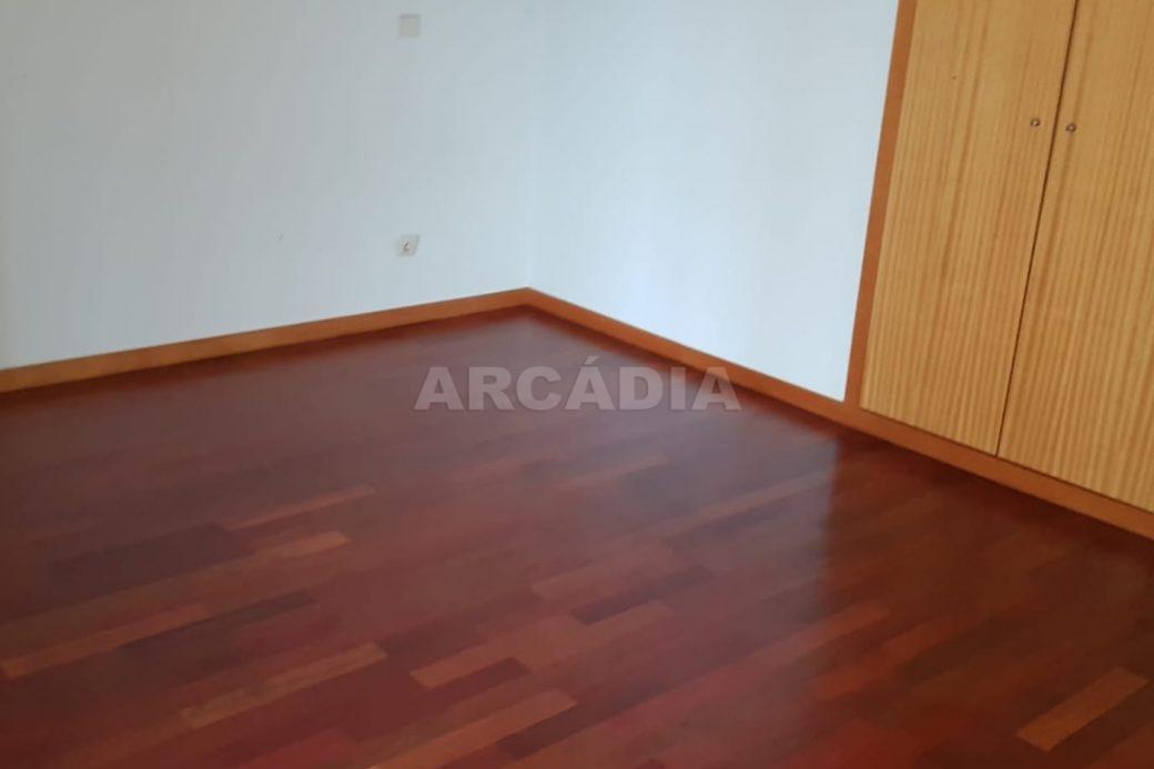 Apartamento-T3-Mobilado-a-5-Min-do-Centro-quarto-do-meio