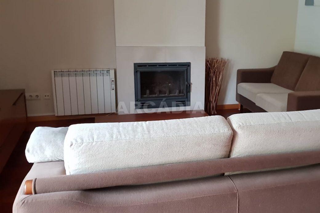 Apartamento-T3-Mobilado-a-5-Min-do-Centro-sala-com-lareira-e-recuperador-de-calor