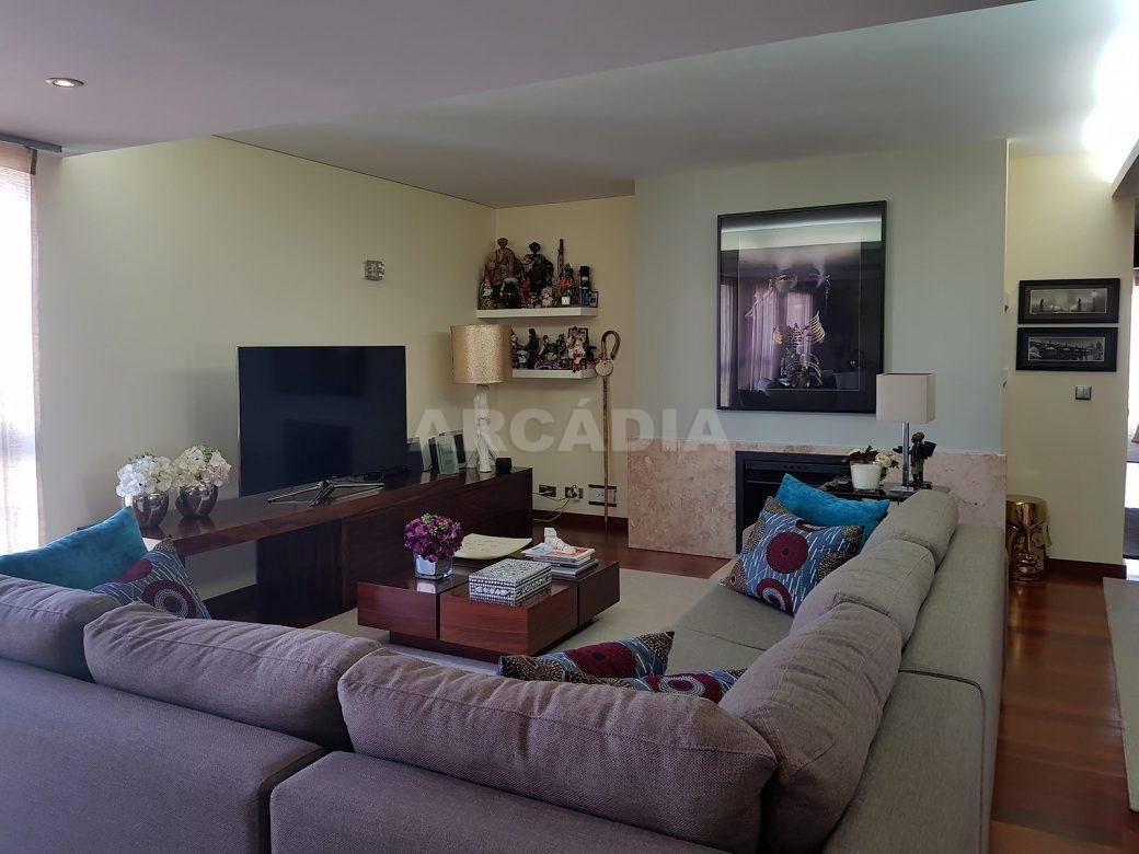 Apartamento-de-luxo-no-coracao-de-braga-sala-de-estar-lareira