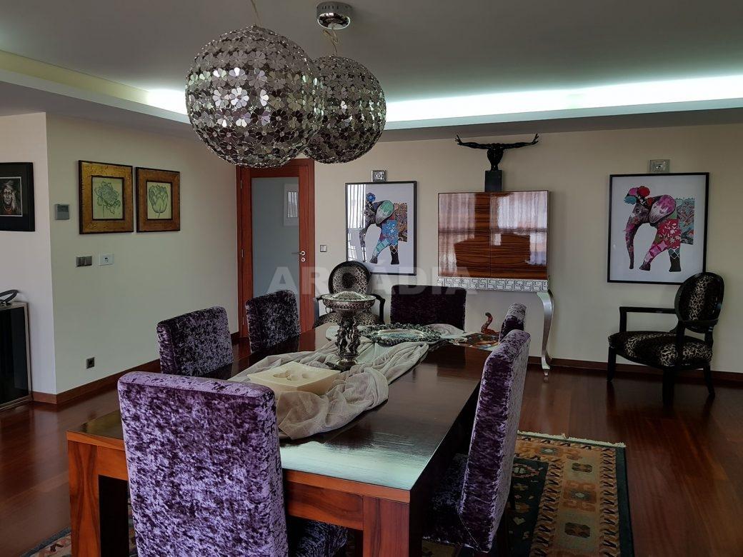 Apartamento-de-luxo-no-coracao-de-braga-sala-de-jnatar-cozinha